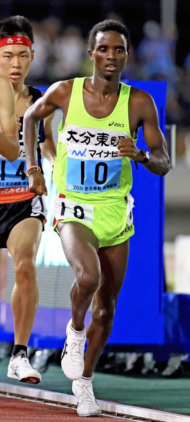 陸上男子5000メートルで優勝した大分東明のベヌエル モゲニ ©読売新聞社