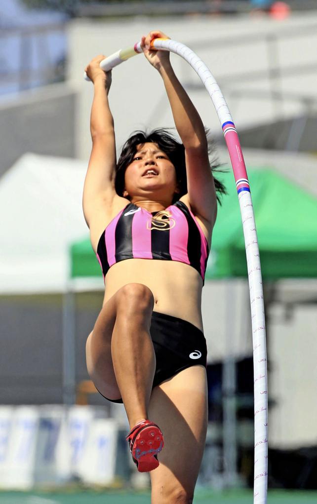 陸上女子棒高跳びで3位に入った至学館の塩崎泉 ©読売新聞社