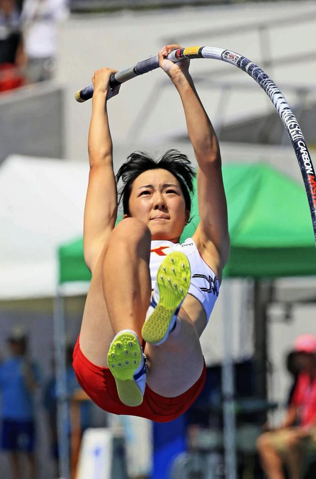 陸上女子棒高跳びで優勝した観音寺一の田中伶奈 ©読売新聞社