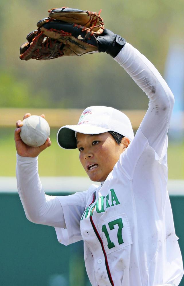 ソフトボール女子決勝に先発し力投する須磨ノ浦の和田凜 ©読売新聞社