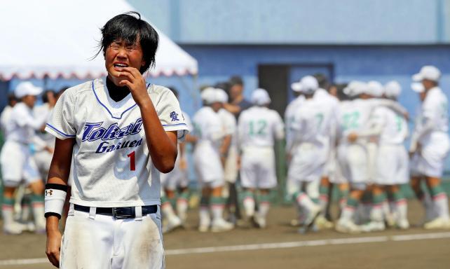 ソフトボール女子で優勝を逃し号泣する東海学園の後藤希友 ©読売新聞社