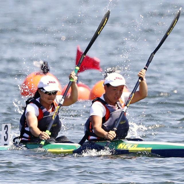 カヌー女子スプリント・カヤックペア(200㍍)で優勝した谷地の選手たち ©読売新聞社