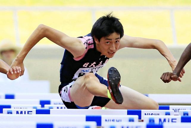 陸上男子110メートル障害で2位になった日大三島の飯塚魁晟 ©読売新聞社