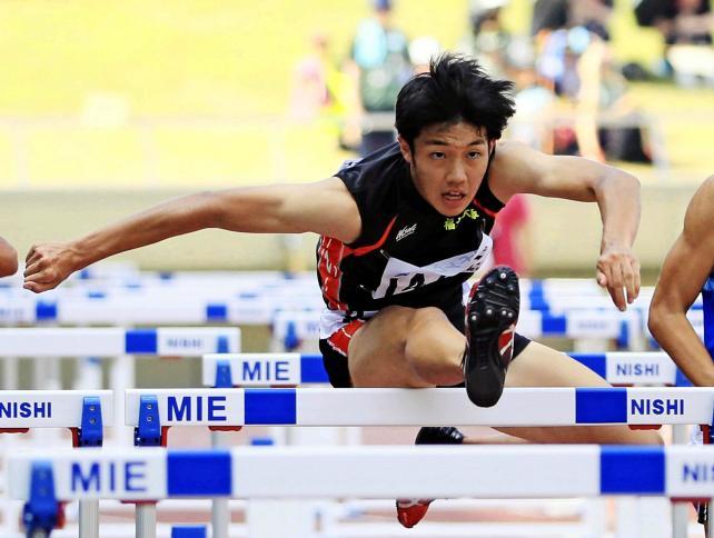 陸上男子110メートル障害決勝で優勝した福岡大大濠の阿部龍斗 ©読売新聞社