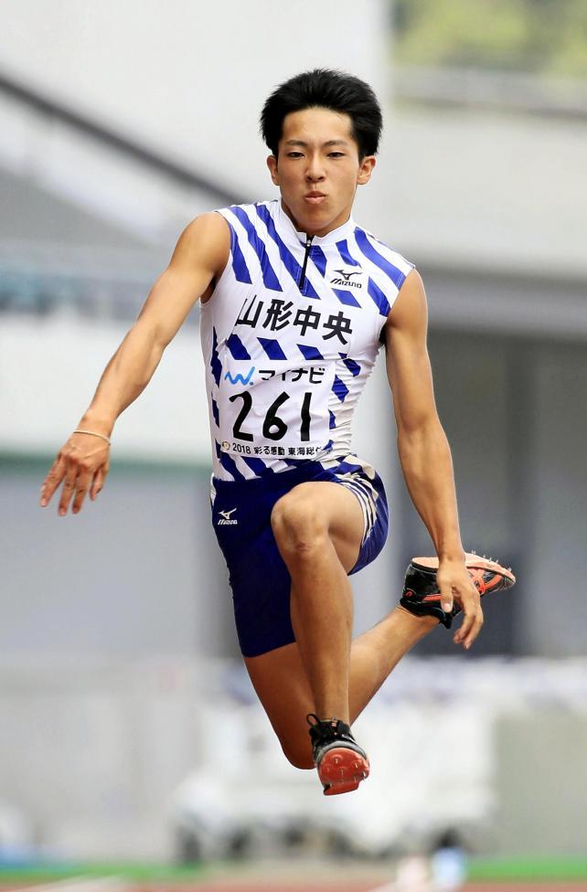 陸上男子三段跳びで優勝した山形中央の松田基 ©読売新聞社
