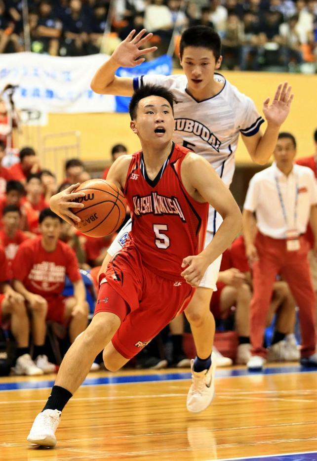 バスケットボール男子決勝、ゴール前に攻め込む開志国際の小栗瑛哉 ©読売新聞社