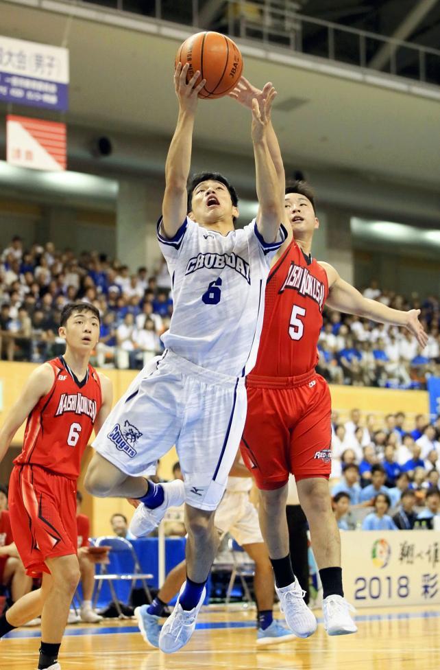 バスケットボール男子決勝、中部大第一の矢沢樹がシュートを決める ©読売新聞社