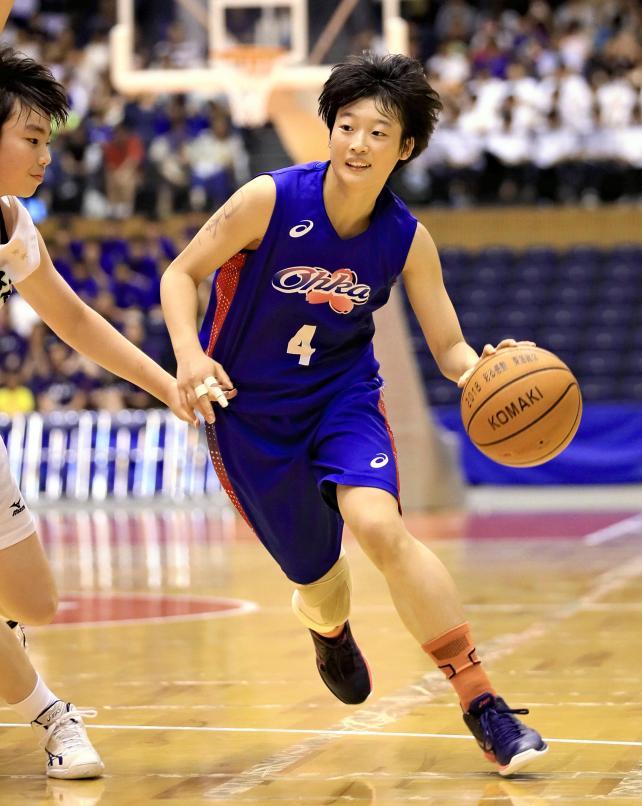バスケットボール女子決勝、攻め込む桜花学園の坂本雅 ©読売新聞社