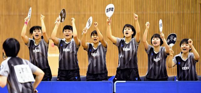卓球女子団体決勝、得点が入り喜ぶ遊学館の選手たち ©読売新聞社