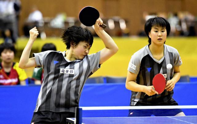 卓球女子団体決勝、力強いプレーを見せる遊学館の出雲美空(左)と相馬夢乃 ©読売新聞社