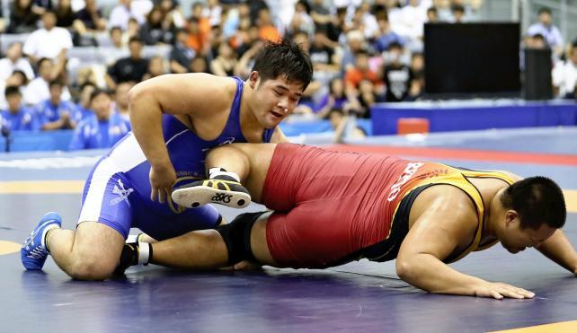 レスリング男子125キロ級で優勝した日体大柏の宮本海渡(左) ©読売新聞社