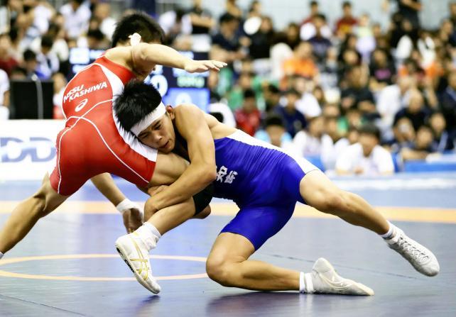 レスリング男子55キロ級で優勝した高知南の清岡幸大郎(右) ©読売新聞社