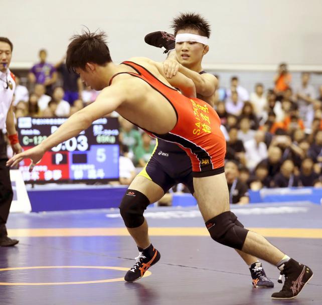 レスリング男子65キロ級で優勝した帝京の榊流斗(奥) ©読売新聞社