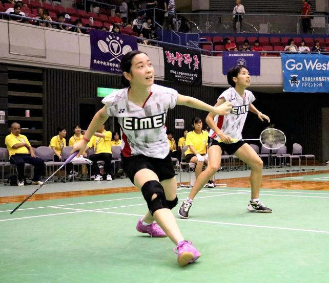 バドミントン女子ダブルスで力強いプレーを見せる英明の新井田楓(左)と韮沢美羽 ©読売新聞社