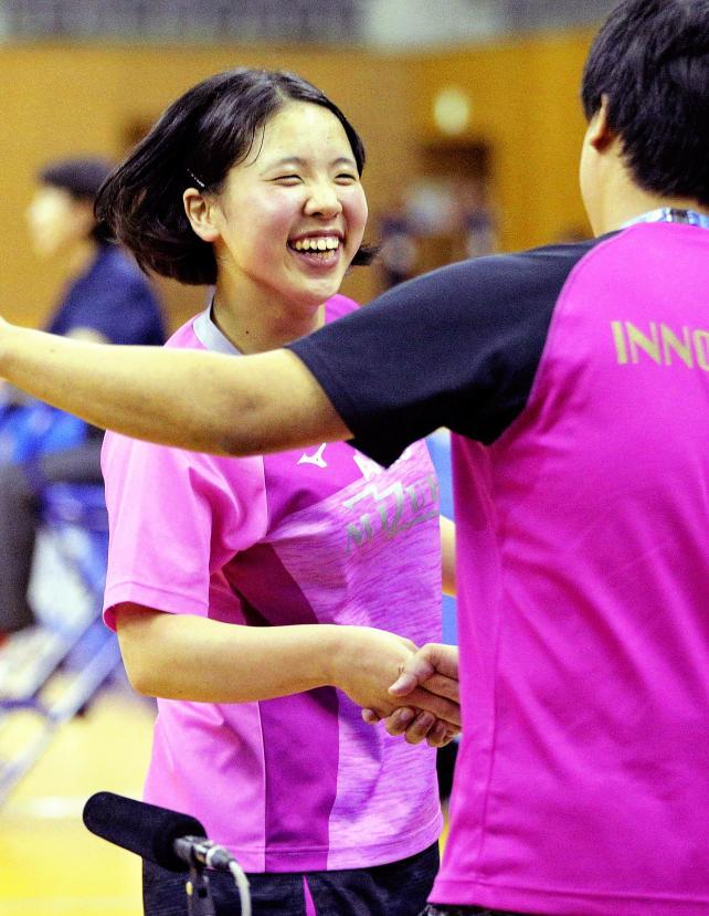 卓球女子シングルスで優勝を決め笑顔を見せる愛知みずほ大瑞穂の野村萌 ©読売新聞社