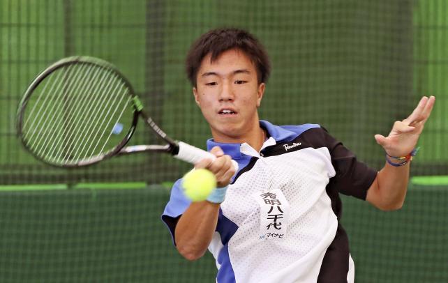 テニス男子シングルスで優勝した秀明八千代の白石光 ©読売新聞社