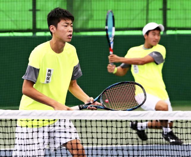 テニス男子ダブルスで準優勝した秀明英光の松下龍馬(右)と間仲啓  ©読売新聞社