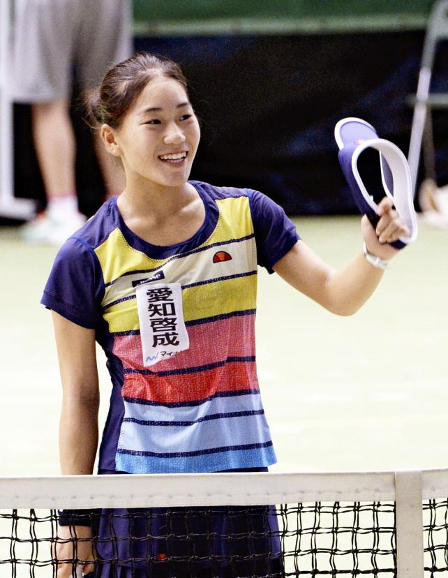 テニス女子シングルスで優勝し、笑顔を見せる愛知啓成の阿部宏美 ©読売新聞社