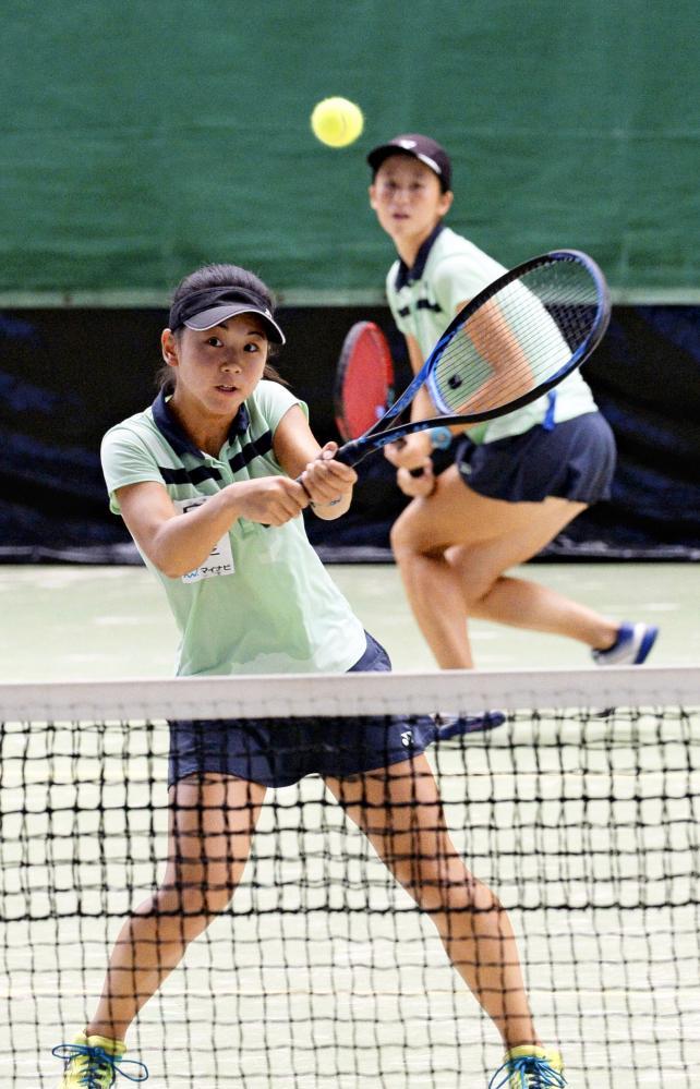 テニス女子ダブルスで優勝した白鵬女の野口綾那(手前)と石川琴実 ©読売新聞社