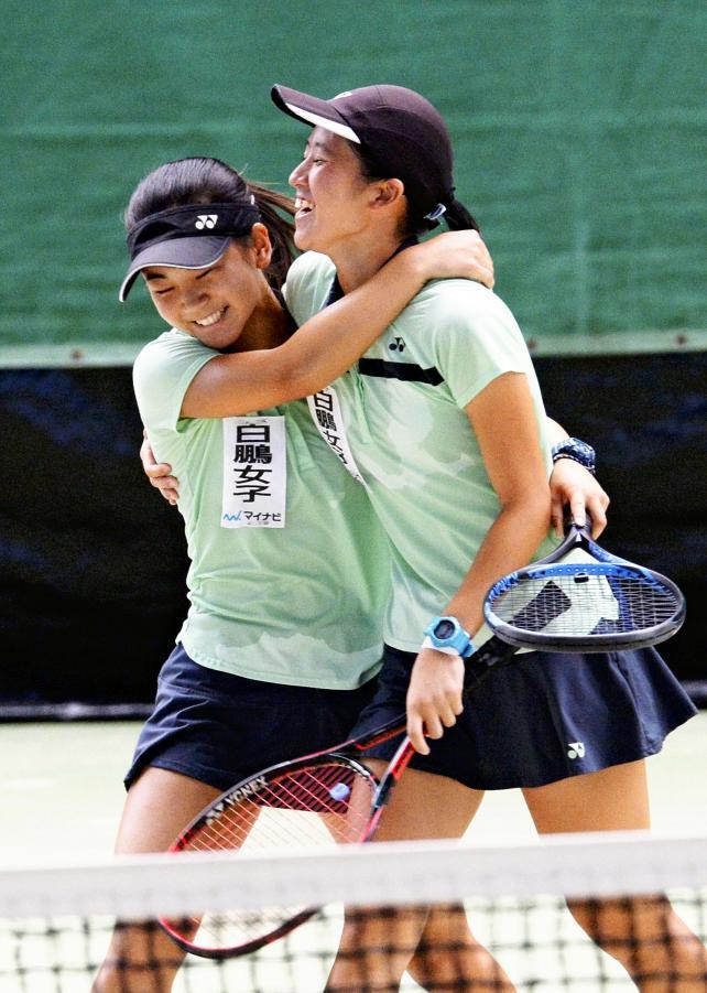 テニス女子ダブルスで優勝し、抱き合って喜ぶ白鵬女の野口綾那(左)と石川琴実 ©読売新聞社