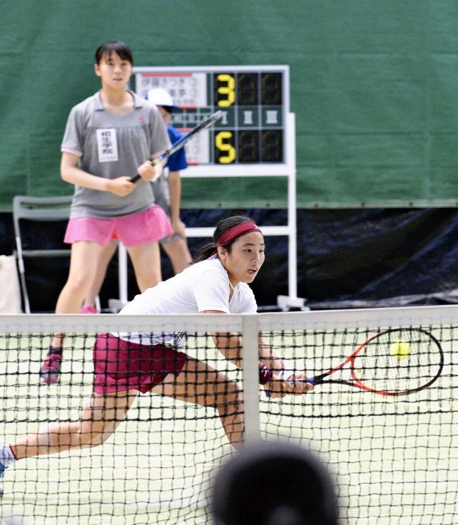 テニス女子ダブルスで準優勝した相生学院の中島美夢(手前)と伊藤さつき ©読売新聞社