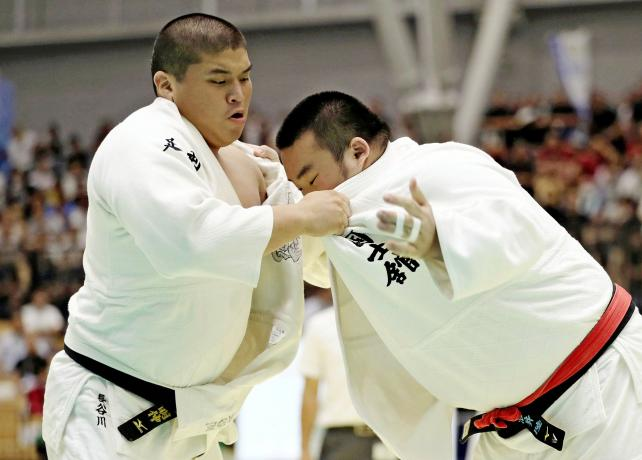 柔道男子団体準で3位になった白鴎大足利の長谷川明伸(左) ©読売新聞社