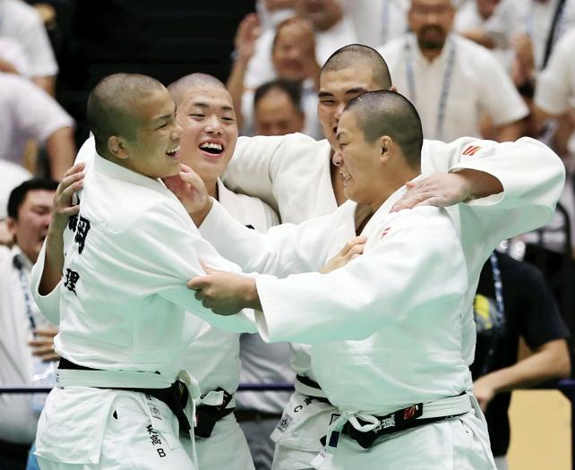 柔道男子団体で優勝が決まり喜ぶ天理の選手たち ©読売新聞社
