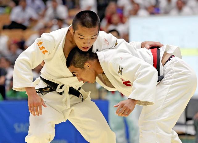 柔道男子66キロ級で準優勝した埼玉栄の西願寺哲平(左) ©読売新聞社
