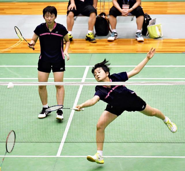 バドミントン女子ダブルスで3位になった青森山田の大石悠生(右)と木村早希 ©読売新聞社