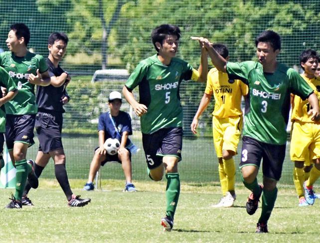 サッカー男子 ヘディングシュートを決めて喜ぶ昌平の関根浩平(中央) ©読売新聞社