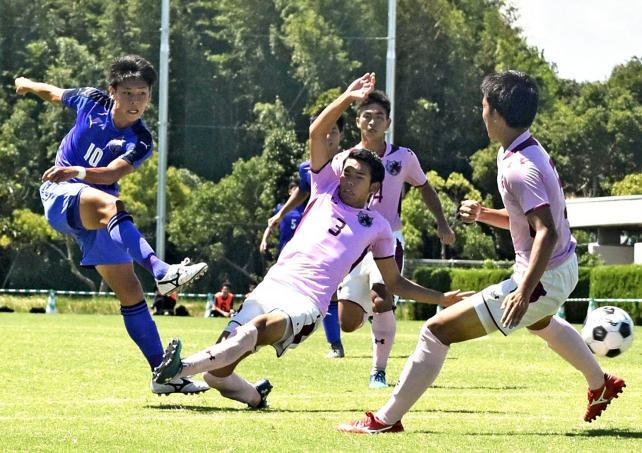 サッカー男子 ハットトリックを達成した富山一の小森飛絢(左) ©読売新聞社