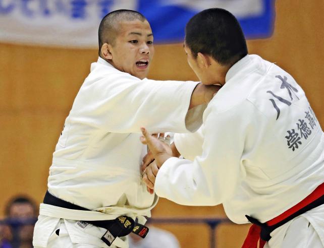 柔道男子100キロ級で3位になった天理の植岡虎太郎(左) ©読売新聞社