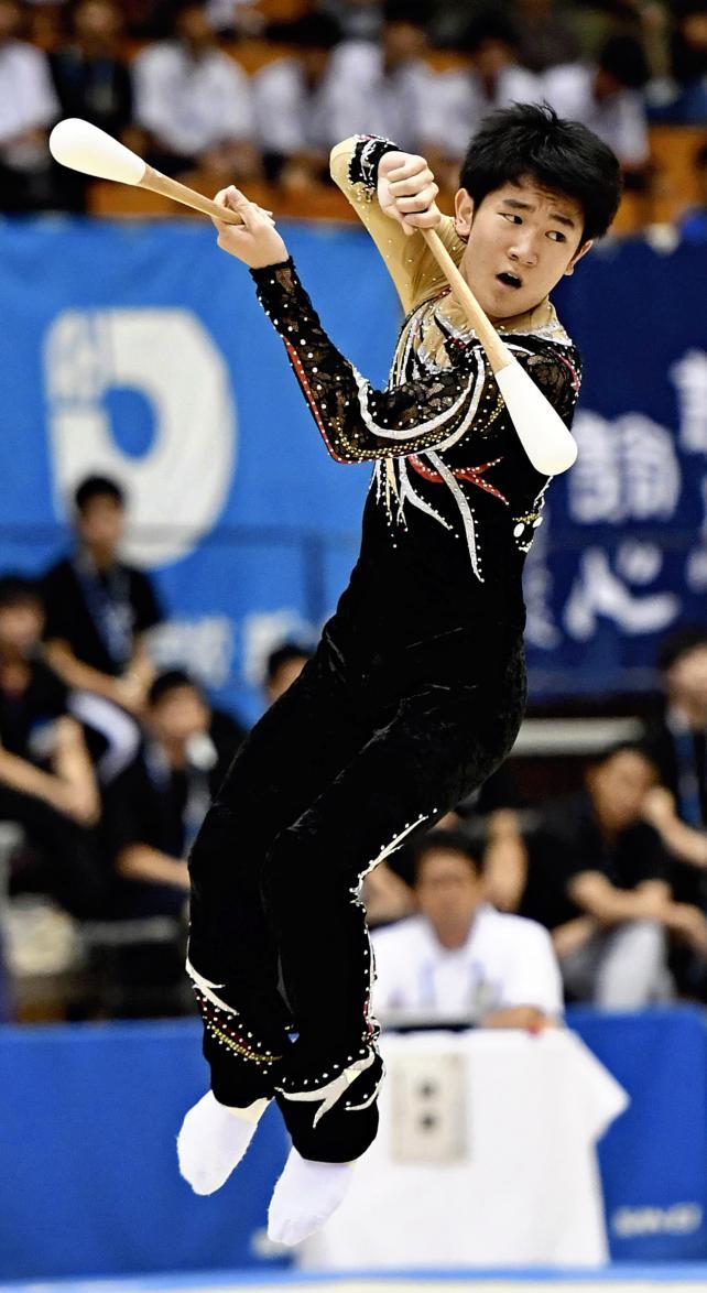 新体操男子個人、クラブで華麗な演技を見せる国士舘の向山蒼斗 ©読売新聞社