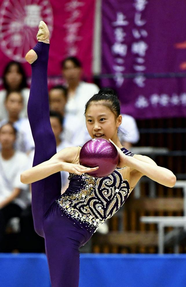新体操女子個人、ボールで華麗な演技を見せる乙訓の小西野乃花 ©読売新聞社