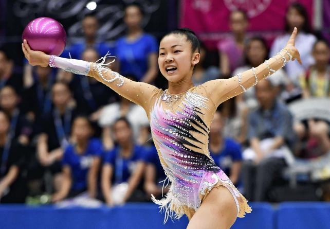 新体操女子個人、ボールで華麗な演技を見せるクラーク記念国際の柴山瑠莉子