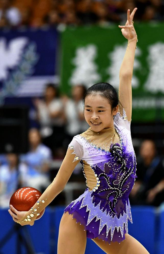 新体操女子個人、ボールで華麗な演技を見せる城南静岡の海野晴子 ©読売新聞社