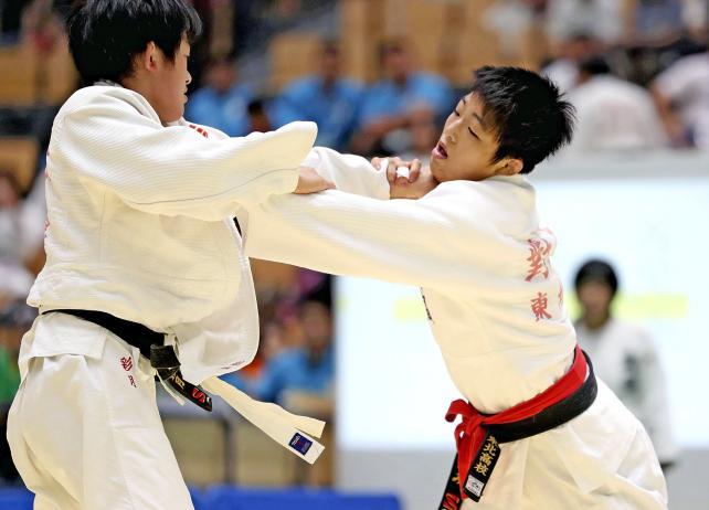 柔道女子52キロ級で準優勝した東北の対馬みなみ(右) ©読売新聞社