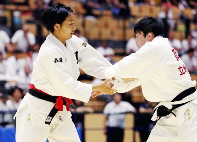 柔道女子57キロ級で3位になった夙川学院の金知秀(左) ©読売新聞社