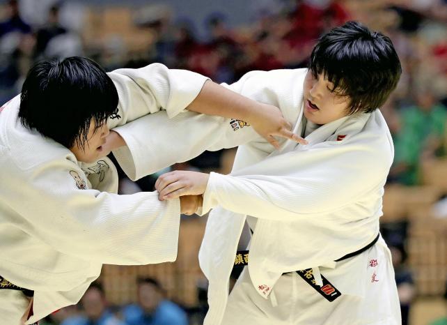 柔道女子団体で準優勝した敬愛の松沢佑栞(右) ©読売新聞社