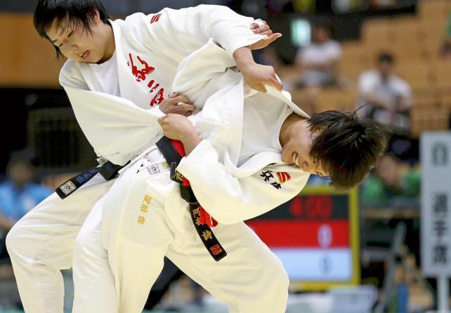 柔道女子団体で優勝した夙川学院の阿部詩(右) ©読売新聞社