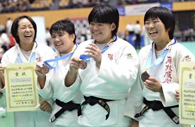 柔道女子団体で3位に輝き、笑顔を見せる藤枝順心の選手ら ©読売新聞社