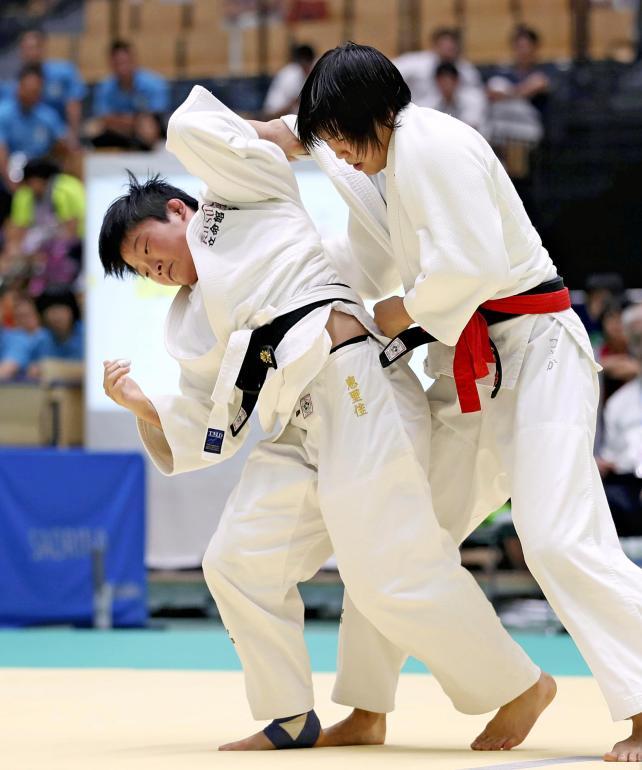 柔道女子57キロ級で優勝した立命館宇治の岡田恵里佳(左) ©読売新聞社