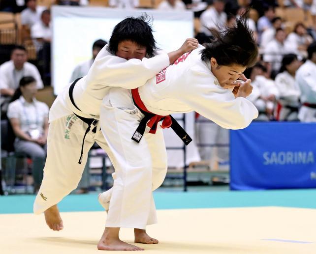 柔道女子63キロ級で3位になった創志学園の浦明澄(右) ©読売新聞社