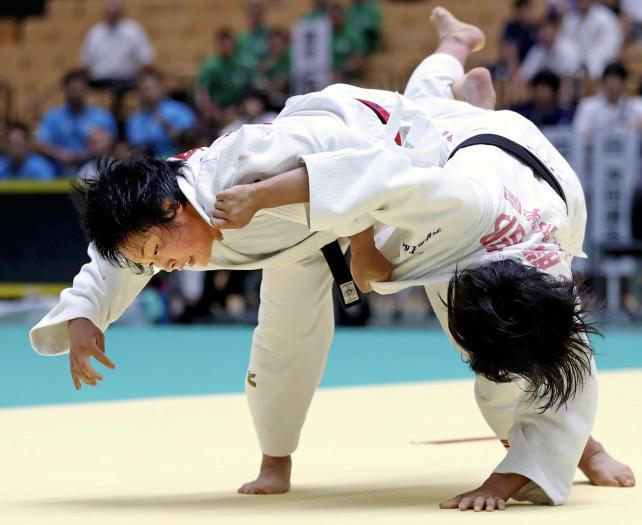 柔道女子63キロ級で優勝した星翔の檀野芽紅(左) ©読売新聞社