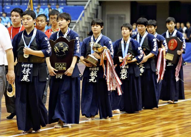 剣道女子団体で優勝した中村学園女の選手たち ©読売新聞社