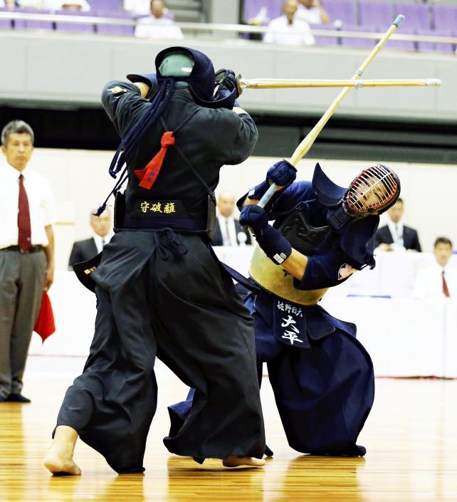 剣道男子個人で優勝した佐野日大の大平翔士(右) ©読売新聞社