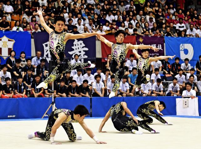 新体操男子団体で優勝した神埼清明の選手たち ©読売新聞社
