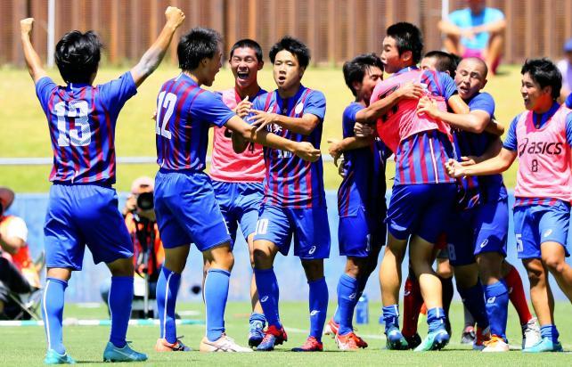 サッカー男子決勝 後半ロスタイム、同点ゴールを決めて喜ぶ山梨学院の選手たち ©読売新聞社