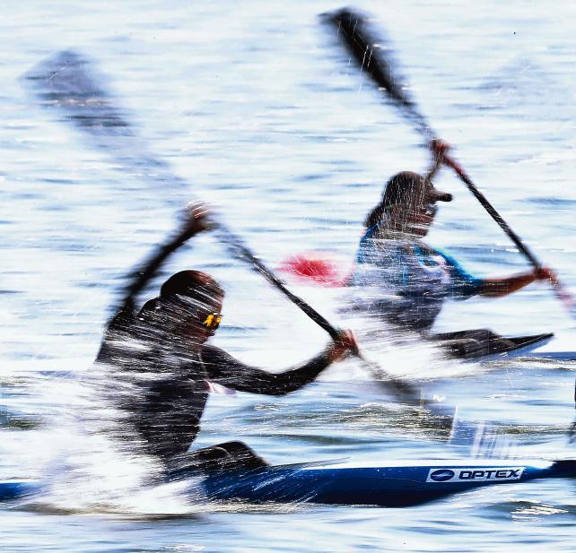 「全力 輝く夏」カヌー女子スプリント・カヤックペア(200メートル)で、後部に座る選手は水しぶきを受けながらパドルをこぐ(6日、岐阜県海津市で) ©読売新聞社
