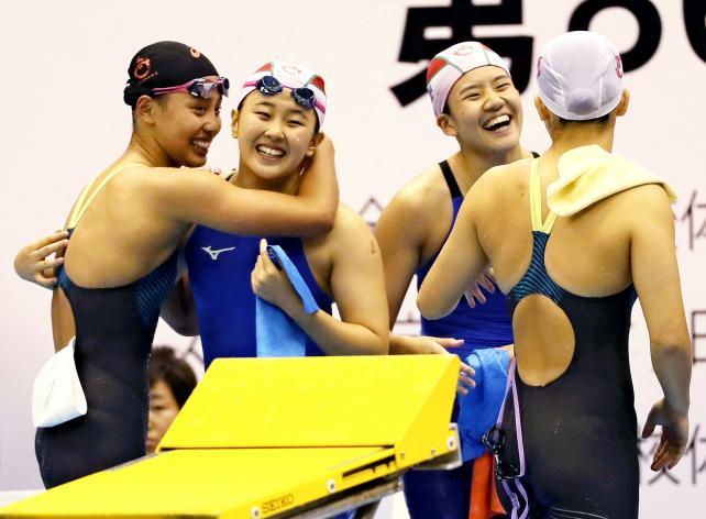 競泳女子400メートルリレーで優勝し喜ぶ豊川の選手たち ©読売新聞社